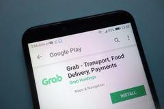 Greep app op Google Play-website op smartphone wordt getoond die stock afbeeldingen