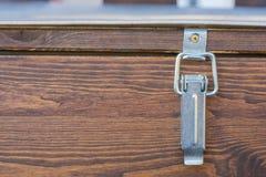 Greep van een houten doos voor uitgaven van tuinmeubilair royalty-vrije stock foto