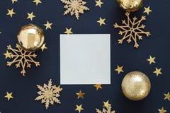 greeteng卡片的嘲笑在与圣诞节装饰装饰品闪烁雪花、中看不中用的物品和金星五彩纸屑的黑背景 免版税库存照片