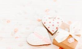 greeting lycklig s valentin för kortdag kakahjärtor och hantverkgif Royaltyfria Bilder