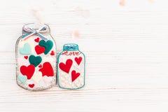 greeting lycklig s valentin för kortdag krus med den färgrika kakan honom Arkivfoto