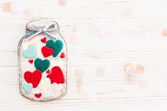 greeting lycklig s valentin för kortdag krus med den färgrika kakan honom Royaltyfri Bild