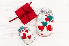 greeting lycklig s valentin för kortdag krus med den färgrika kakan honom Arkivfoton