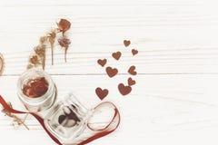 greeting lycklig s valentin för kortdag stilfulla hjärtor i den glass kruset Arkivfoto