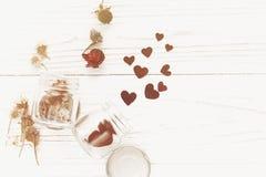 greeting lycklig s valentin för kortdag stilfulla hjärtor i den glass kruset Arkivfoton