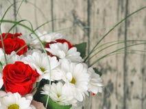 greeting lyckligt nytt år för 2007 kort Grupp av nya blommor på den gamla trätabellen Arkivbilder