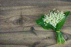 greeting lyckligt nytt ?r f?r 2007 kort liljekonvaljer p? en tr?tabell och ett hj?rtasymbol av f?r?lskelse valentin f?r dag s dag arkivbilder