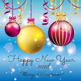 greeting nytt år för kort Julboll med pilbågen och bandet Royaltyfria Bilder