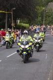 Greetland,英国, 7月06日:警察驾驶与pe人群  免版税库存照片