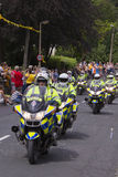 Greetland,英国, 7月06日:警察驾驶与pe人群  免版税图库摄影