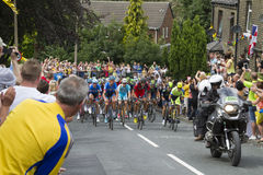 Greetland, England, JUL 06: The peloton riding up Hullen edge la Royalty Free Stock Photos