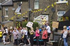 Greetland, England, am 6. Juli: Menge von den Leuten, die für die CY wainting sind Lizenzfreies Stockbild