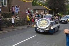 Greetland, Inghilterra, il 6 luglio: veicoli durante il passaggio della p Fotografie Stock Libere da Diritti