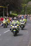 Greetland, Inglaterra, el 6 de julio: La policía conduce cerca con la muchedumbre del PE Fotos de archivo libres de regalías