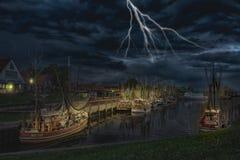 Greetsiel捕鱼港口在雷暴期间的 免版税库存图片