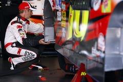 Greg Biffle inspeciona seu carro Fotografia de Stock Royalty Free