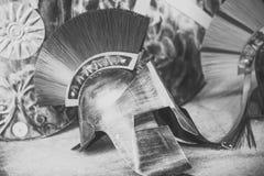 Grego ou capacete de Roma no perfil no museu, história, cultura, herança Capacete feito fora do metal, proteção de cobre para Fotografia de Stock