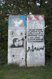 GREIFSWALD, ALEMANHA - 10 DE OUTUBRO DE 2015: Uma parte de Berlin Wall anterior com pinturas históricas dos grafittis A pintura e Fotografia de Stock Royalty Free