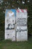 GREIFSWALD, GERMANIA - 10 OTTOBRE 2015: Una parte di ex Berlin Wall con le pitture storiche dei graffiti La pittura sinistra desc Fotografia Stock Libera da Diritti