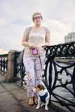 Greisin mit Hund auf Damm Stockbilder