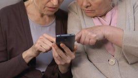 Greisinnen, die Internet auf Smartphone, Mangel an Fähigkeiten, schwierige Technologien verwenden stock video