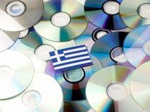 Grek flaga na górze cd i DVD stosu odizolowywającego na bielu Zdjęcie Stock