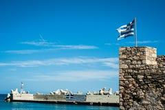 Grek flaga na wierzchołku fortyfikacje Grecja, Crete, fortific Zdjęcia Royalty Free