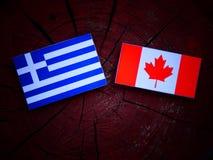 Grek flaga z kanadyjczyk flaga na drzewnym fiszorku odizolowywającym obraz stock