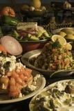 Grek, Ntacos, blandad sallad och tzatzikisås royaltyfri fotografi