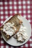 Grek ogrodniczek Zielona sałatka Rozprzestrzeniająca, upad na chlebie/ Obraz Royalty Free