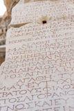Grek pisze na marmurowych kamieniach biblioteka Celsus w Ephesus, Turcja - Fotografia Stock