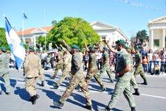 Grek ståtar med soldater Arkivbild