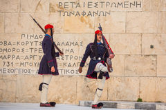 Grek tjäna som soldat Evzones den iklädda högtidsdräktlikformign Royaltyfri Foto