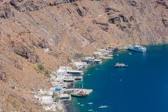 Greken seglar utmed kusten Royaltyfria Bilder