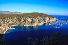 Greken seglar utmed kusten Royaltyfri Foto