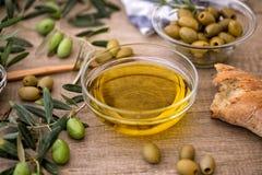 Grekisk extra jungfrulig sund olivolja med oliv på träbackgr fotografering för bildbyråer