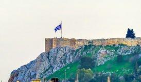 Grekisk flagga Cliff Summit Acropolis Athens Greece Fotografering för Bildbyråer