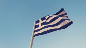 Grekisk flagga i vinden arkivfilmer