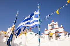 Grekisk flagga med kyrkliga klockor i bakgrunden Royaltyfri Bild