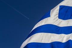 Grekisk flagga och flygplan royaltyfria bilder