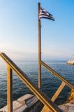Grekisk flagga och hav Arkivbild