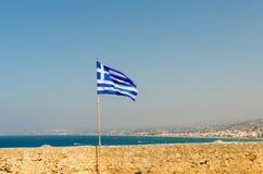 Grekisk flagga på ön av Kretaslotten Fortezza - den Venetian defensiva fästningen - Grekland ö av Kreta Juli 2016 Royaltyfri Fotografi