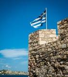 Grekisk flagga på överkanten av befästningar Grekland Kreta som är fortific fotografering för bildbyråer