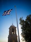 Grekisk flagga på den Lycabettus kullen Arkivbilder