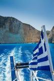 Grekisk flagga, skeppsbrottstrand, Navagio i Zakynthos, Grekland Royaltyfria Bilder