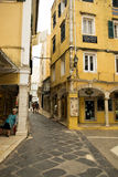 Grekisk gata i Korfu Arkivfoton