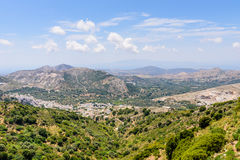 Grekisk by i bergen Arkivfoton