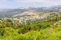 Grekisk by i bergen Fotografering för Bildbyråer