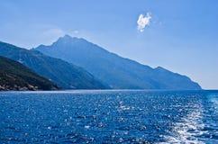 Grekisk kust av det aegean havet nära det heliga berget Athos Royaltyfri Fotografi
