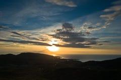 Grekisk kust av det aegean havet på soluppgång nära det heliga berget Athos Royaltyfria Foton